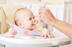 behandla som ett barn fadermatning arkivbilder