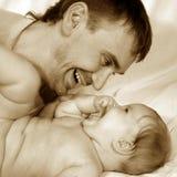 behandla som ett barn fadern Royaltyfri Foto