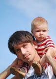behandla som ett barn fadern hans barn Royaltyfri Fotografi