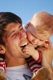 behandla som ett barn fadern hans barn Royaltyfria Bilder