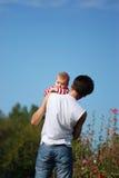 behandla som ett barn fadern hans barn Arkivfoto