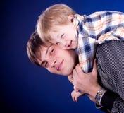 behandla som ett barn fadern hans joyful son Arkivfoton