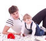 behandla som ett barn fadern hans joyful son Royaltyfria Foton