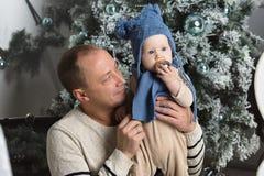 behandla som ett barn fadern hans sötsak Fotografering för Bildbyråer