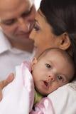 behandla som ett barn familjen blandat nyfött racebarn royaltyfri foto