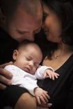 behandla som ett barn familjen blandat nyfött racebarn arkivbild