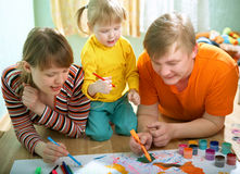 behandla som ett barn familjfadermodern arkivbild