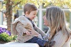 behandla som ett barn familjmodersonen Royaltyfri Fotografi