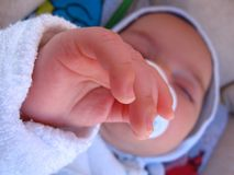 behandla som ett barn fingrar Arkivbild