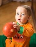 Behandla som ett barn firar allhelgonaafton Fotografering för Bildbyråer