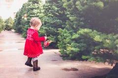 behandla som ett barn flaskflickan Royaltyfri Fotografi