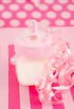 behandla som ett barn flaskflickan mjölkar Arkivfoton
