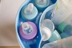 Behandla som ett barn flaskor som det var klart att en desinfektionsmedel Fotografering för Bildbyråer