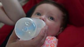 Behandla som ett barn flaskPOV-closeupen stock video