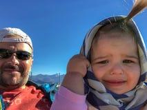 Behandla som ett barn flicka fader familjer solig dag sinnesrörelser Selfie arkivbilder