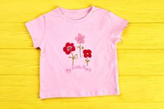Behandla som ett barn-flicka rosa tecknad filmt-skjorta Royaltyfri Fotografi