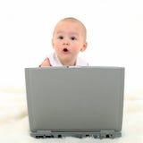 behandla som ett barn flickabärbar datorworking royaltyfri fotografi