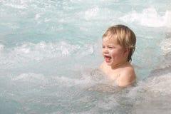 behandla som ett barn flickabubbelpoolen little simning Royaltyfri Foto