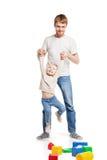 Behandla som ett barn flickabyggnad som spelar med hennes fader Royaltyfri Fotografi