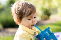 Behandla som ett barn flickadricksvatten royaltyfria bilder