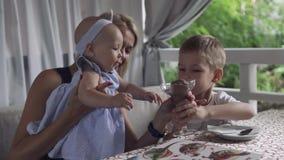 Behandla som ett barn flickaförsök att gripa exponeringsglas med glass lager videofilmer