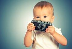 Behandla som ett barn flickafotografen med den retro kameran Royaltyfria Bilder