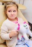 Behandla som ett barn flickagråt i den tand- stolen arkivbild