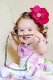 behandla som ett barn flickahalsband Royaltyfri Bild