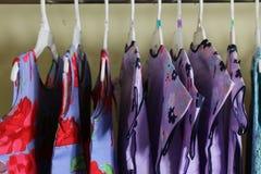 Behandla som ett barn flickakläder som hänger på klädstreck Fotografering för Bildbyråer