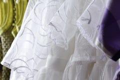 Behandla som ett barn flickakläder som hänger på klädstreck Arkivbilder