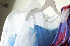 Behandla som ett barn flickakläder som hänger på klädstreck Royaltyfria Bilder