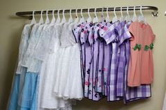 Behandla som ett barn flickakläder som hänger på klädstreck Royaltyfria Foton