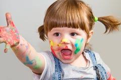 Behandla som ett barn flickakonstnären som spelar med färger Arkivbilder