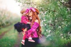 Behandla som ett barn flickakvinnan i vårträdgårdar som blommar Royaltyfri Fotografi