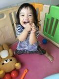 Behandla som ett barn flickaleenden fotografering för bildbyråer
