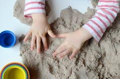 Behandla som ett barn flickalek med kinetisk sand Royaltyfri Bild