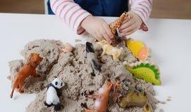 Behandla som ett barn flickalek med kinetisk sand Fotografering för Bildbyråer