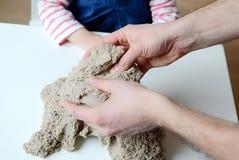 Behandla som ett barn flickalek med kinetisk sand Royaltyfri Fotografi