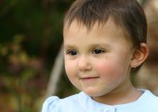 Behandla som ett barn flickalitet barnleendet arkivfoton