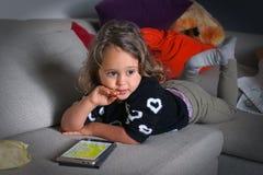 behandla som ett barn flickamobiltelefonen royaltyfria bilder