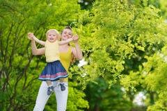 behandla som ett barn flickamodern som leker utomhus Royaltyfria Foton