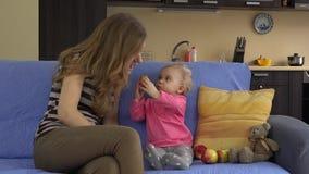 Behandla som ett barn flickan äter det röda nya äpplet med modern Barndom mat 4K stock video