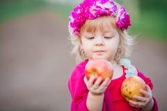 Behandla som ett barn flickan äter ett äpple Fotografering för Bildbyråer