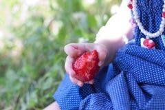 Behandla som ett barn flickan äter strawberrt Royaltyfria Foton