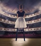Behandla som ett barn flickan som drömmer en dansbalett på etappen Barndombegrepp Royaltyfria Bilder