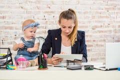behandla som ett barn flickan för affärskvinnadatorframdelen henne den home horisontalbärbar datormomen som att leka shape upp si royaltyfria bilder