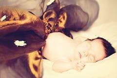 behandla som ett barn flickan för det blåa locket little sova slitage white för pullover Royaltyfria Bilder