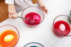 Behandla som ett barn flickan som förbereder påskägg Fotografering för Bildbyråer