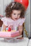Behandla som ett barn flickan firar födelsedag Royaltyfria Foton