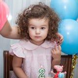 Behandla som ett barn flickan firar födelsedag Royaltyfri Fotografi
